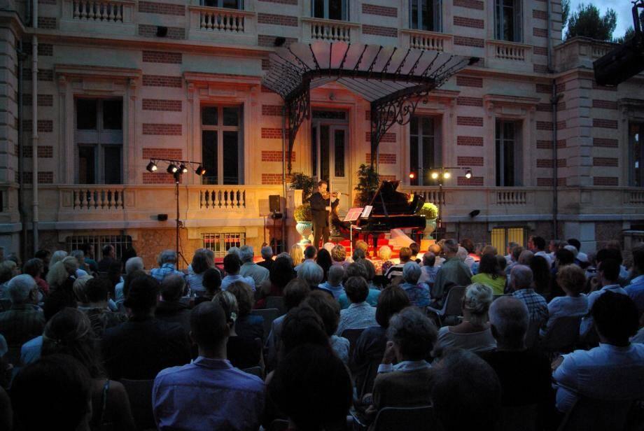 Contrairement à ce qui était prévu pour juillet, le concert du jour aura lieu à l'intérieur du  Château des Terrasses.