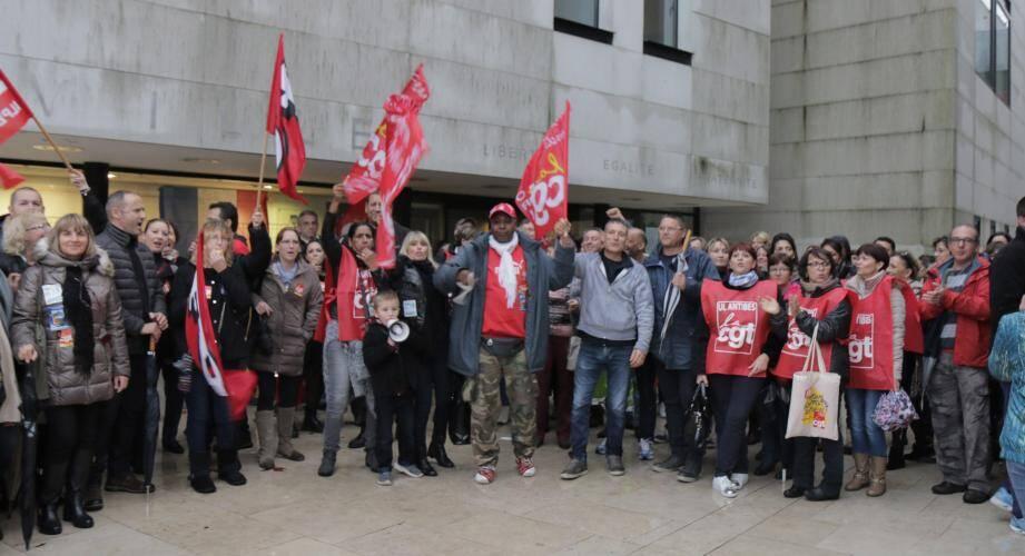 Mobilisation devant la mairie : la grève a été suivie par plus de 90 % des agents municipaux.