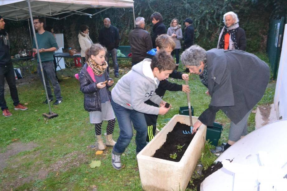Les enfants ont planté des salades, fèves, épinards et blettes offerts par les Jardins de la Vallée de la Siagne.