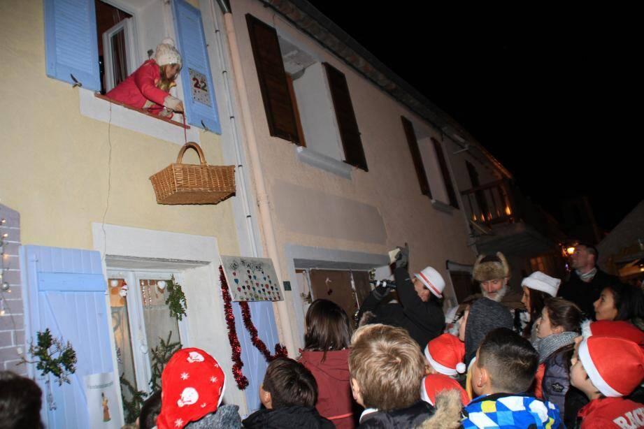 Les fenêtres du calendrier de l'Avent s'ouvrent pour offrir leurs cadeaux.