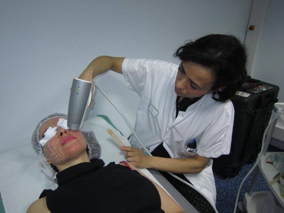 Lorsque les rougeurs persistent, le laser peut être un atout en réduisant la taille des vaisseaux sanguins.