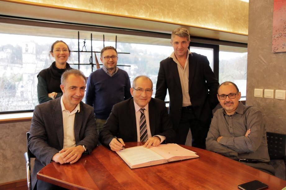 La convention a été signée par le maire Christophe Etoré et le coprésident Fabrice Moizan en présence des élus Sandrine Selosse, Eric Simon et des membres de l'association Jean-François Chapperon, directeur délégué, et Christophe Imbert.