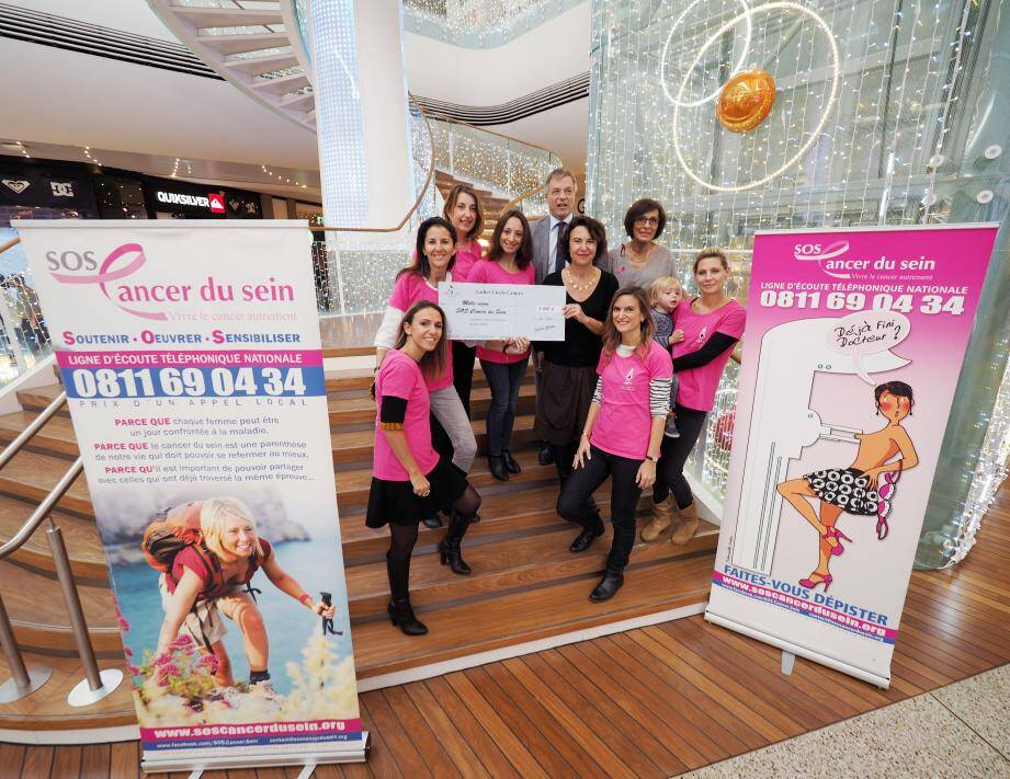 Le directeur de Cap 3000, Roch-Charles Rosier, entouré des Ladies et représentantes de SOS Cancer du sein.