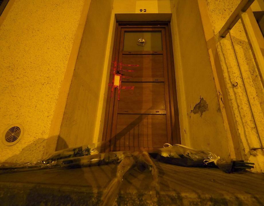 Des gerbes de fleurs déposées devant le domicile où s'est noué ce drame à huis clos.