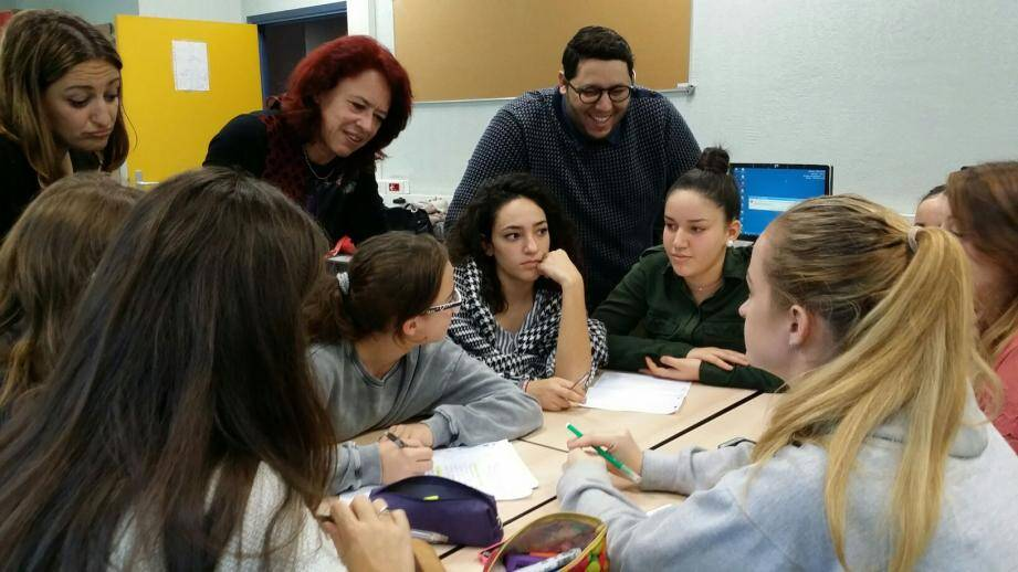 Séance de travail entre les collégiens, les étudiants, les profs et le médiateur.