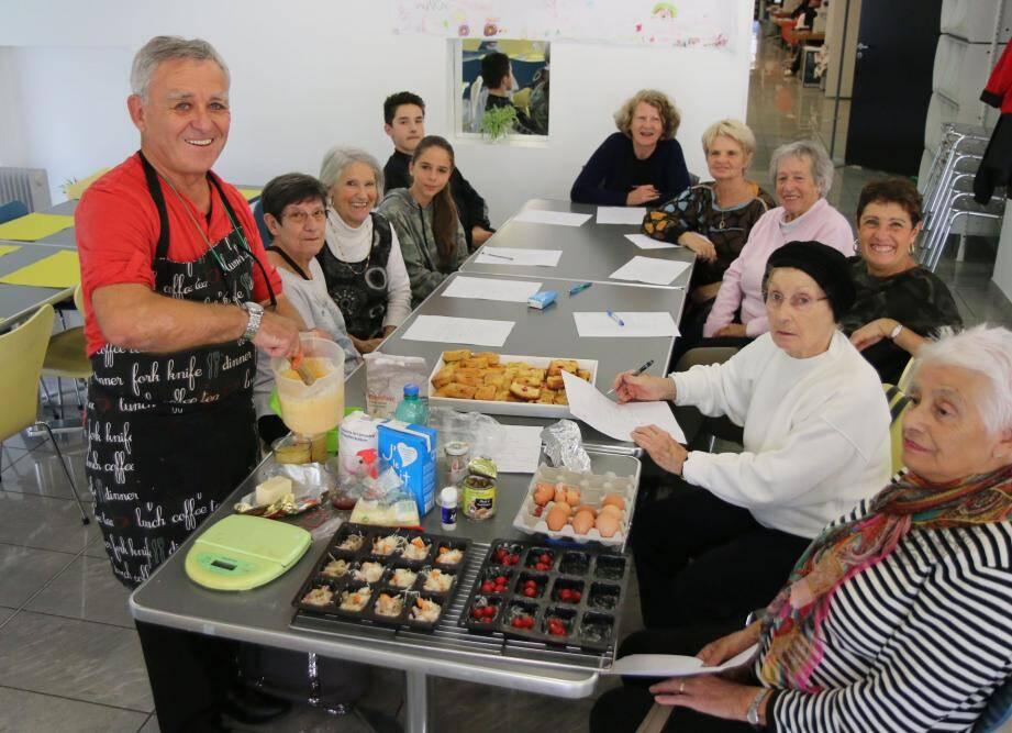 Atelier cuisine animé par Jean Lestra à l'Espace Inter Générations.
