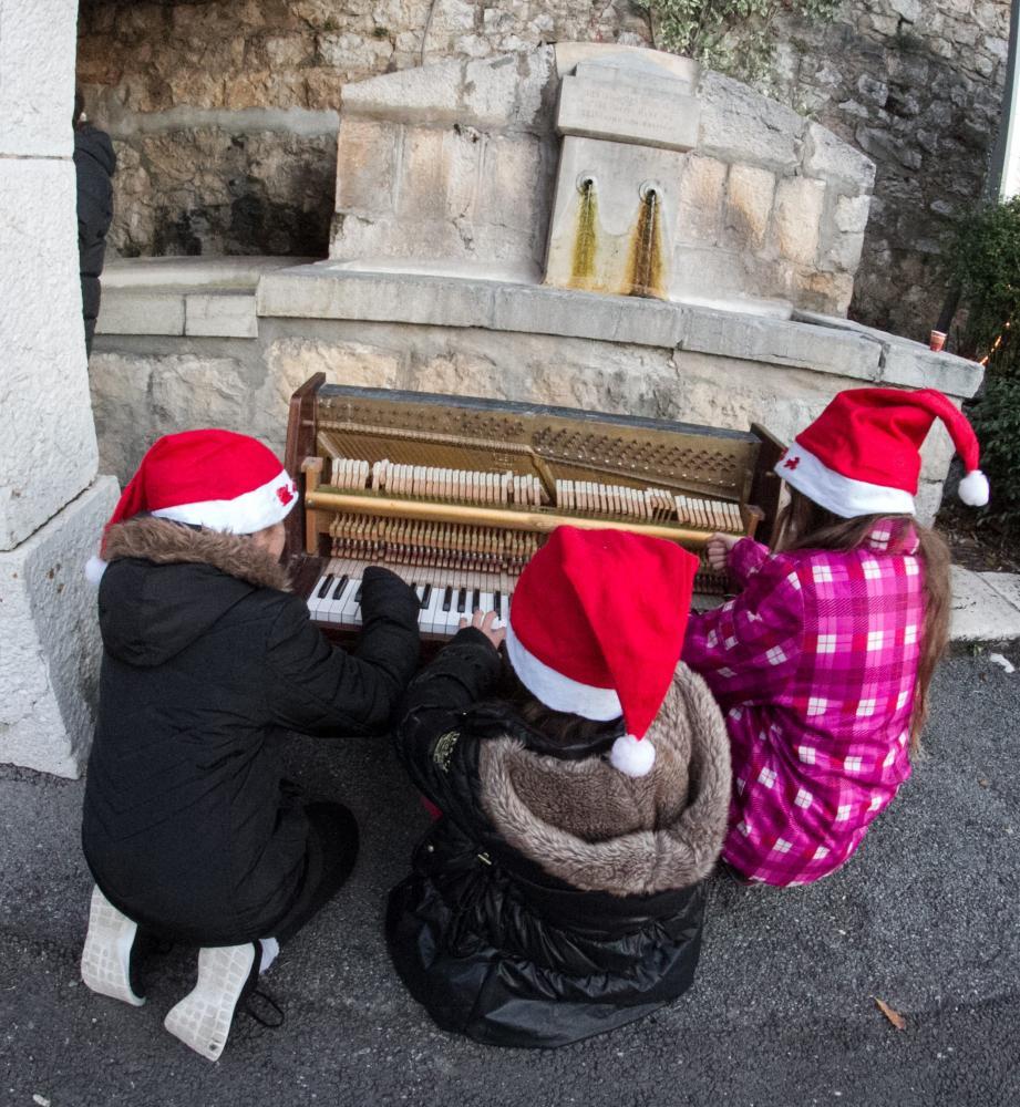 Vus d'en haut, ils sont impressionnants les petits lutins. A gauche, un des pianos des minots.