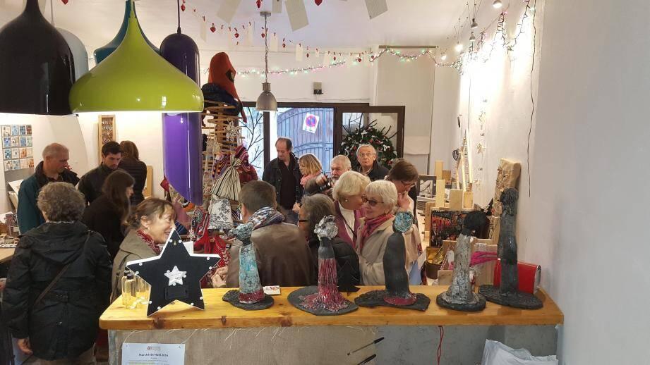 Le marché de noël des Piqués d'art et de La Ruche a ouvert ses portes.