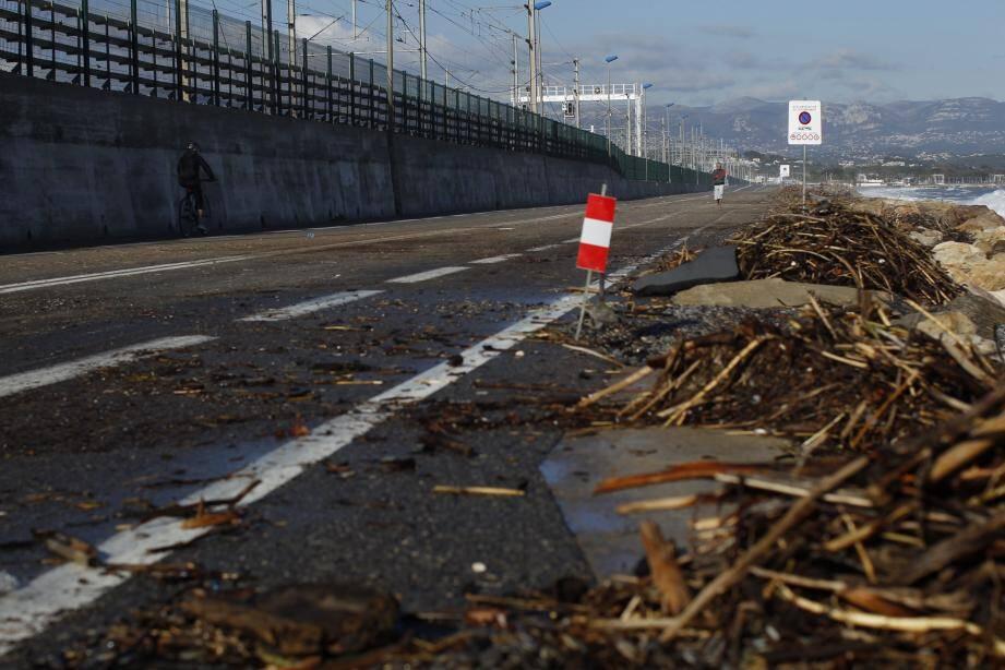 Hier, le bord de mer entre Villeneuve-Loubet et Antibes était encore fermé à la circulation provoquant d'importants ralentissements. La route du bord de mer de Cagnes aussi.