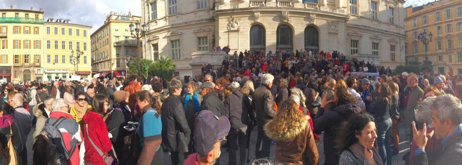 150 à 200 personnes sont venues  soutenir Cedric Herrou ce mercredi devant le tribunal de Nice.