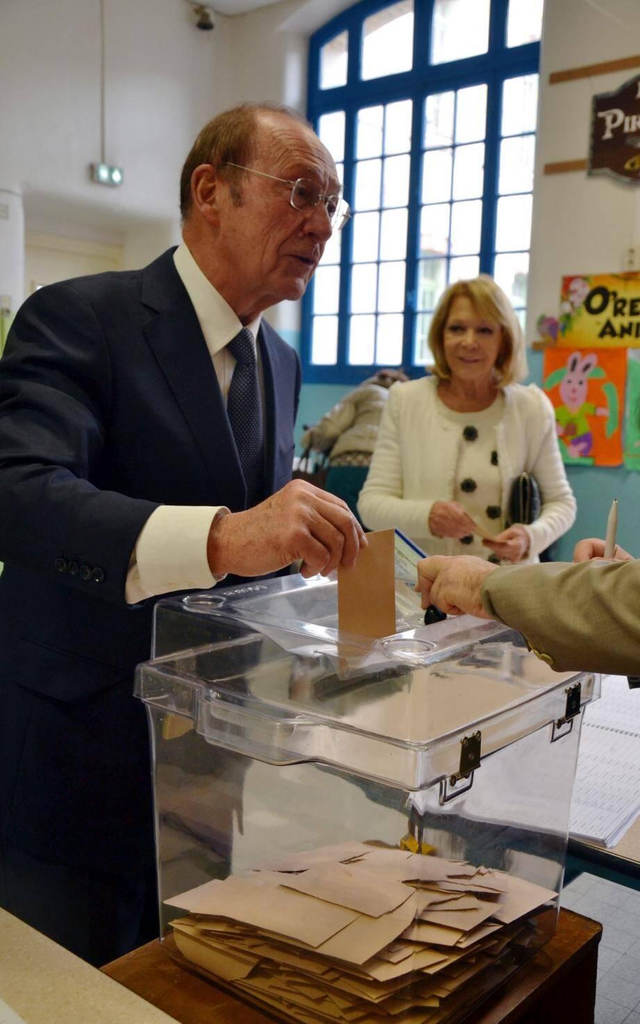 Agence de Menton.Jean-Claude Guibal, député-maire de Menton, vote pour le premier tour de la Primaire de la droite et du centre. 20 novembre 2016.