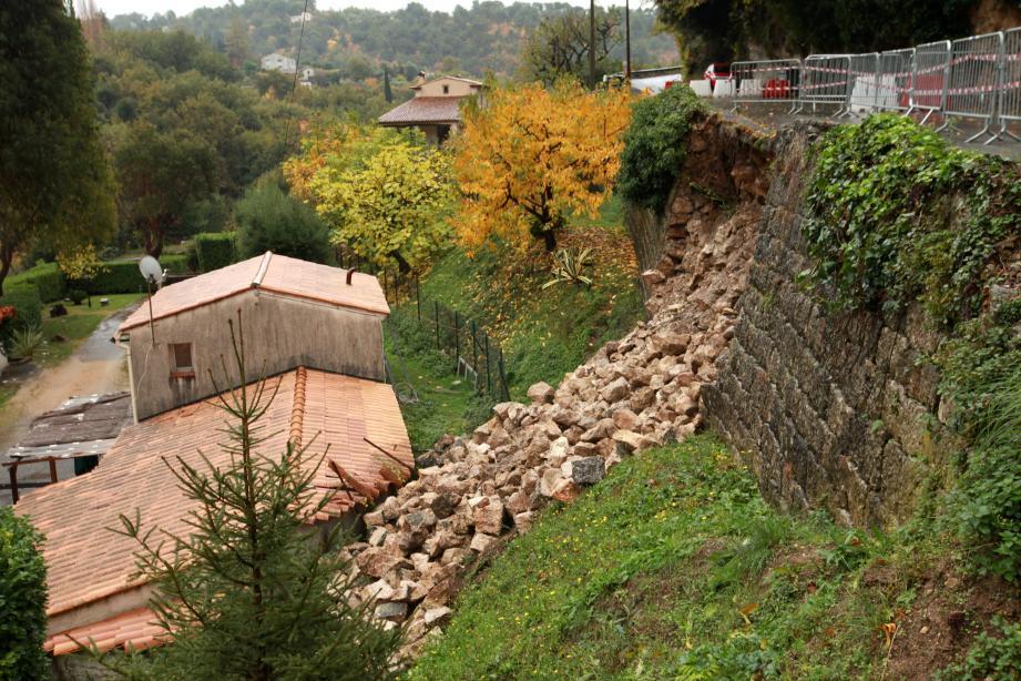 L'éboulement du mur de soutènement de la route de Sainte-Colombe.