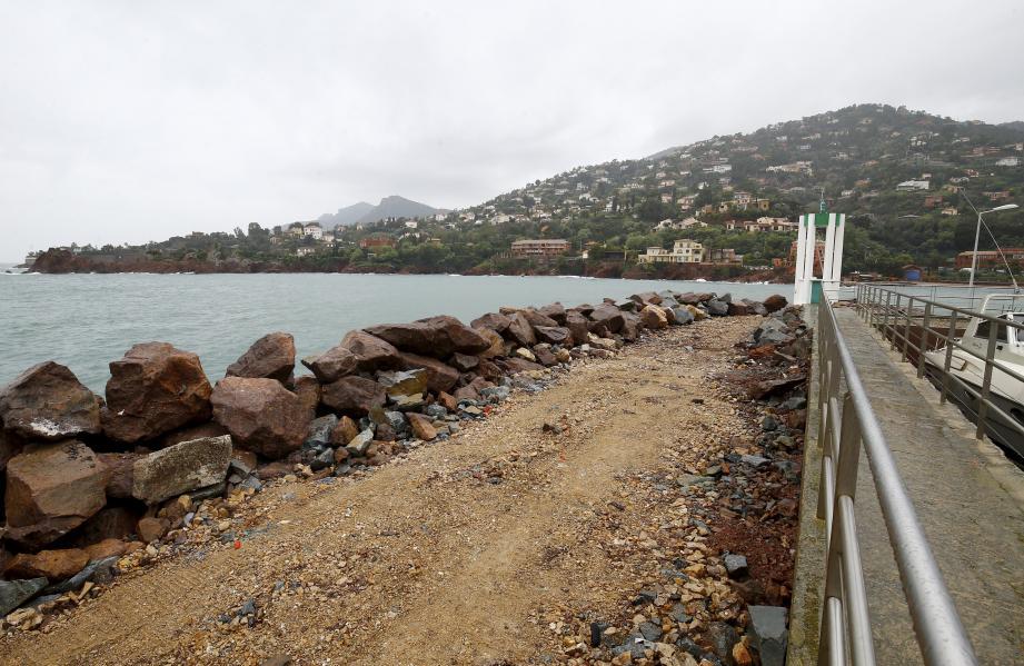 Première étape de l'opération, la digue : 9000 tonnes de nouvelles roches vont y être posées