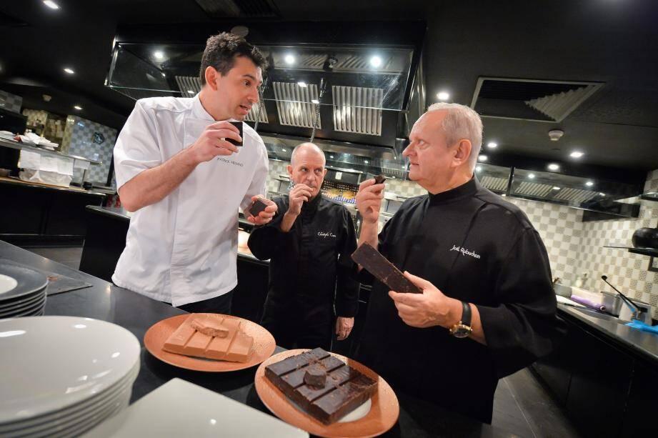 Dans les cuisines de son restaurant à l'hôtel Métropole le 10 novembre, Joël Robuchon a testé les «grands crus» de cacao que lui ont présenté les chefs Patrick Mesiano et Christophe Cussac.