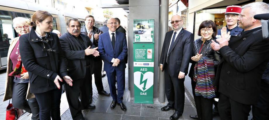 Un défibrillateur a été installé à l'arrêt de tram Garibaldi en présence d'Eric Ciotti et Philippe Pradal.
