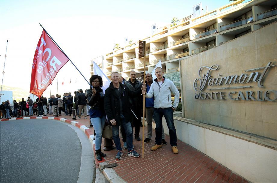Une cinquantaine de salairés a manifesté devant l'hôtel Fairmont Monte-Carlo.
