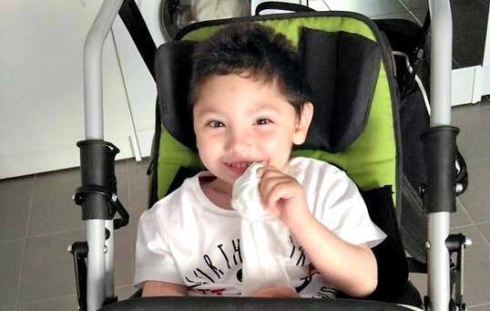 Mylan, 3 ans, atteint d'une maladie génétique rare, a besoin d'une opération coûteuse, en Autriche.