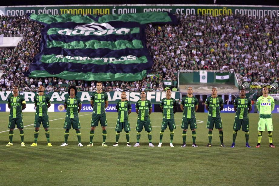 ©Fernando Remor/EFE/MAXPPP- CHAPECÓ Brasil 29/11/2016 ; A picture dated 23 November 2016 and made available on 29 November 2016 shows players of the Brazilian Chapecoense soccer team before their semifinal match of the South American Cup, at the Conda Arena of Chapeco, Brazil. A plane reportedly carrying 81 people, including the players of the Brazilian soccer club Chapecoense, has crashed on 29 November 2016. The plane was said to have crashed in a mountainous area outside Medellin as it was approaching the Jose Maria Cordoba airport, media said. The cause of the incident is yet uknown. The Chapecoense were scheduled to play in the Copa Sudamericana final against the Medellin's Atletico Nacional on 30 November. EFE/Fernando Remor BRAZIL COLOMBIA PLACE CRASH