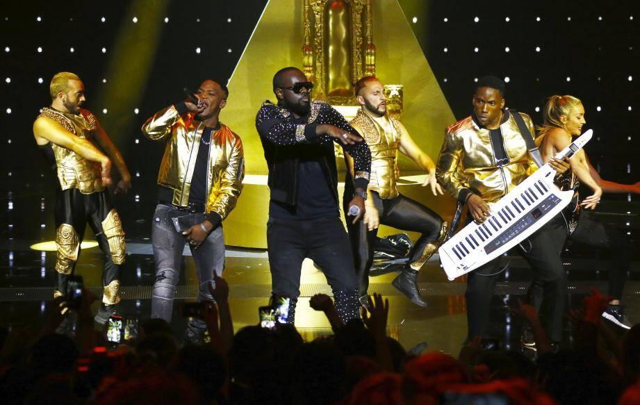 Maître Gims sur la scène des NRJ Music Awards samedi 12 novembre à Cannes.