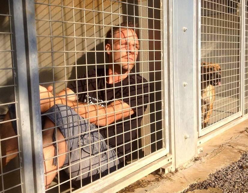 Rémi Gaillard, enfermé dans une cage de la SPA de Montpellier.
