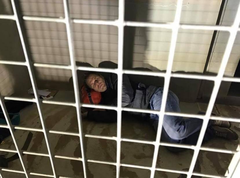 Rémi Gaillard dans sa cage de la SPA.