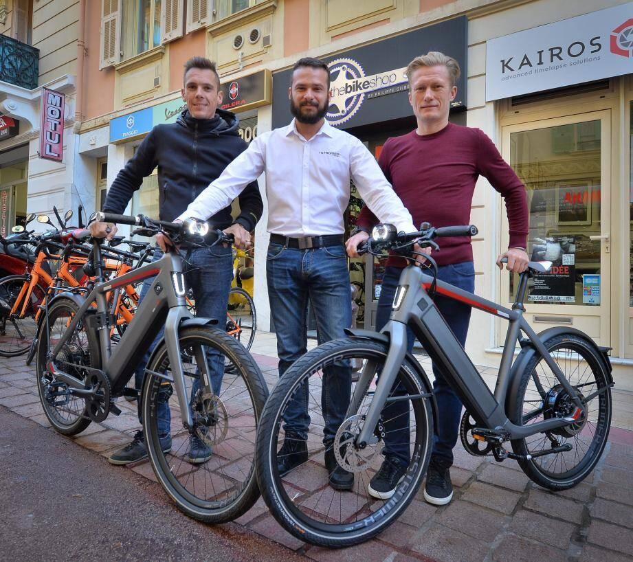 Philippe Gilbert, Maxime Kroemer, le manager marketing de chez Stromer et Alexandre Vinokourov, posent devant le nouveau modèle de la marque suisse.