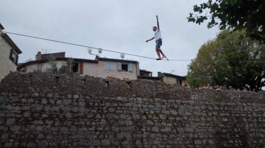 L'an passé, le funambule Nathan Paulin avait marché sur un fil tendu au-dessus des remparts.