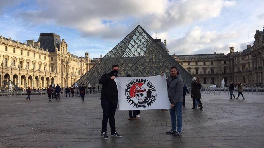 Devant le Louvre.