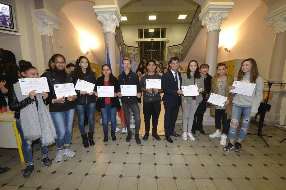 Les jeunes ayant obtenu leur diplôme de secourisme entourent Jérôme Viaud et le professeur d'EPS qui les a formés.