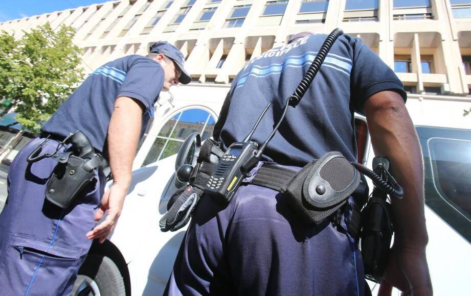 Les policiers municipaux peuvent désormais être armés d'un 9 mm. La Ville de Nice a annoncé qu'elle lançait un appel d'offres au plus vite.