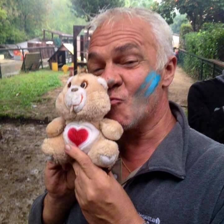 Patrice s'était beaucoup investi dans le nettoyage à Villeneuve-Loubet après les récentes et terribles inondations. Il pose ici avec la mascotte du nettoyage.     (D.R.)