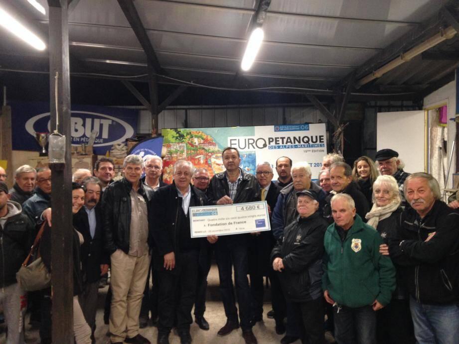 Les bénévoles et les organisateurs de l'Europétanque lors de la remise du chèque à la fondation de France. (D. R.)