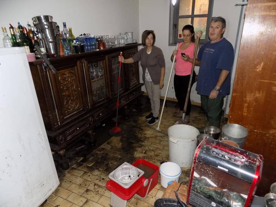 Les propriétaires de l'hôtel Beauséjour en plein nettoyage du rez-de-chaussée de l'établissement