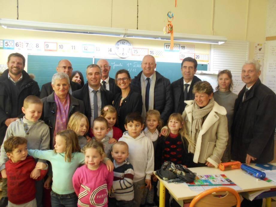 Un rassemblement important d'inspecteurs d'académie et d'élus à l'école d'Ascros avec les enfants et la maîtresse.
