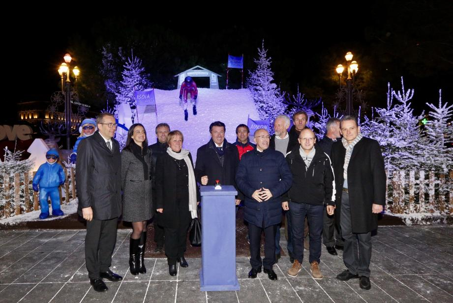 Christian Estrosi, Eric Ciotti, les maires et conseillers départementaux de la montagne et des stations de ski des Alpes-maritimes ont lancé, hier de la place Masséna dans un décor signé Cédric Pignataro, le célèbre carnavalier niçois, la saison de ski 2016-2017. (DR)