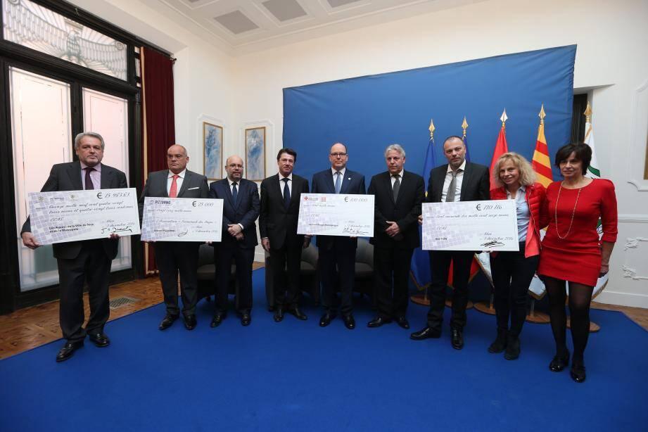 Quatre chèques et du cœur, pour les victimes et leurs familles.