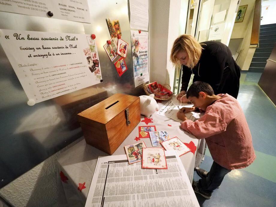 Les cartes de vœux attendent que l'on vienne y écrire son meilleur souvenir de Noël... qui sera expédié à un inconnu de Carros.