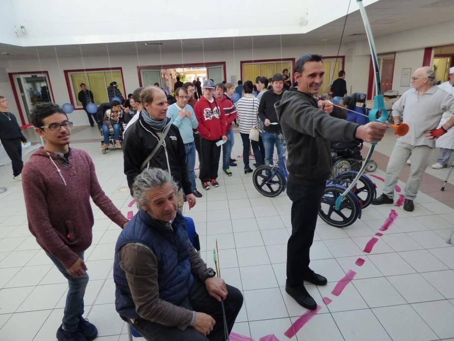 L'un des défis sportifs, hier matin au Complexe vençois : le tir à l'arc .