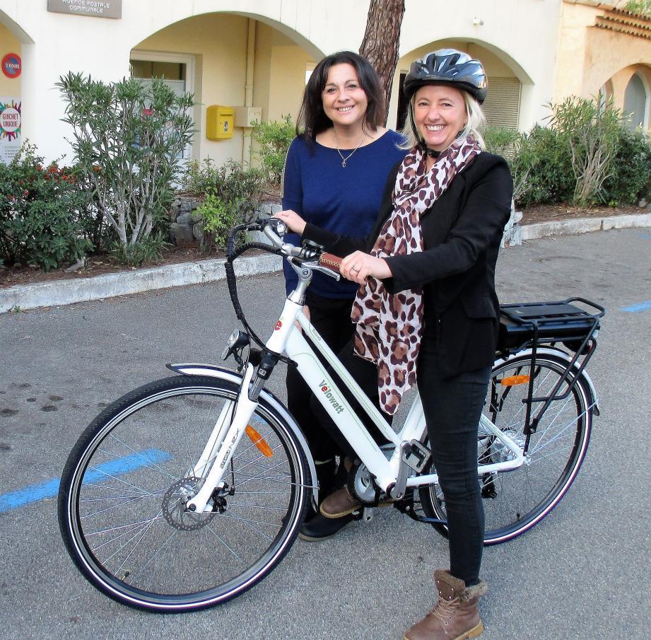 Magali Hiemisch, ici avec sa collègue, s'est portée volontaire pour tester le vélo électrique.