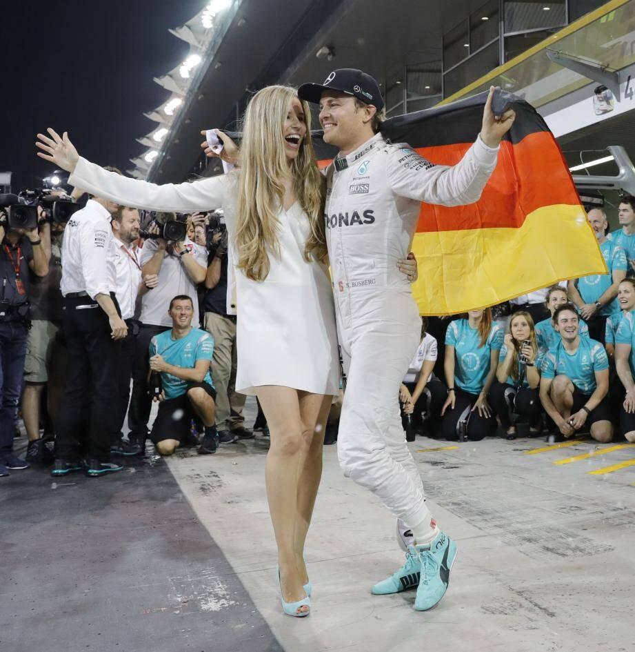 Titre en poche, à Abu Dhabi, Nico Rosberg (ici avec sa chère et tendre Vivian) a négocié un sacré virage. Le dernier.