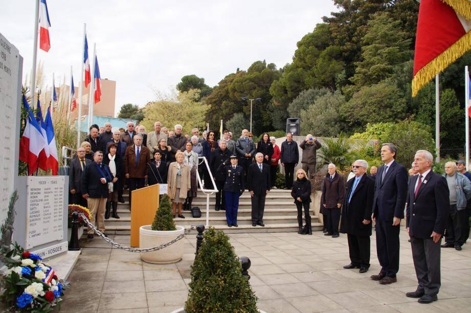 Xavier Beck, maire de Cap-d'Ail, entouré à gauche d'André Fabre et à droite du général Alfred Morel, devant le monument aux Morts de Cap-d'Ail.