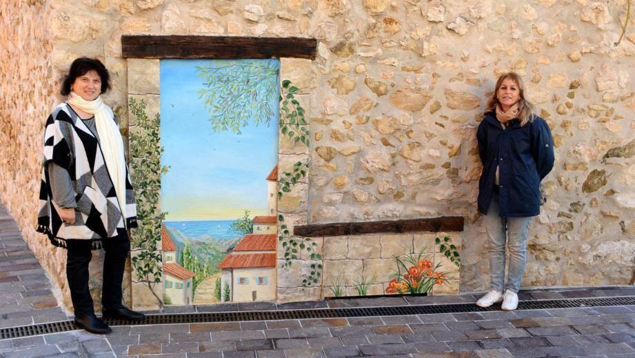 À gauche le maire, Gisèle Kruppert, à droite l'artiste Catherine Ricci, présentant une des fresques sur un des murs menant à la mairie.