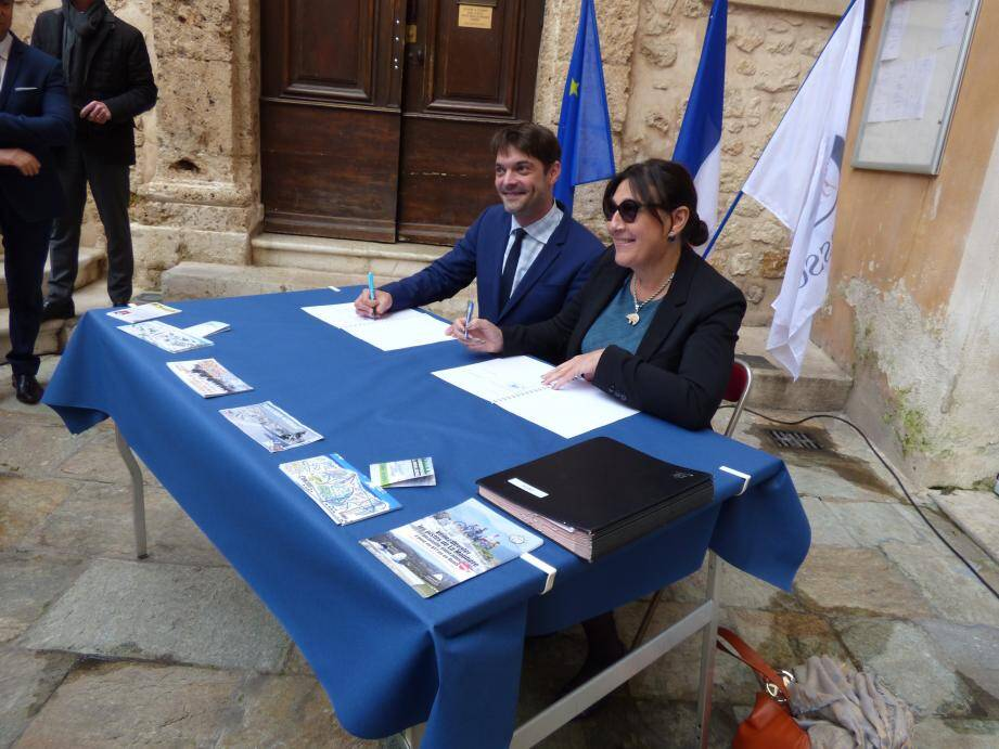 Jérôme Viaud, président du syndicat mixte des stations de Gréolières et de l'Audibergue et Catherine Butty, présidente de l'office du tourisme de Grasse ont signé lundi dans la cour d'honneur de l'hôtel de Ville une convention de partenariat entre leurs deux organismes.