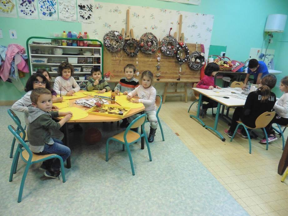 Les jeunes élèves de l'école du Petit-bois en pleine activité.