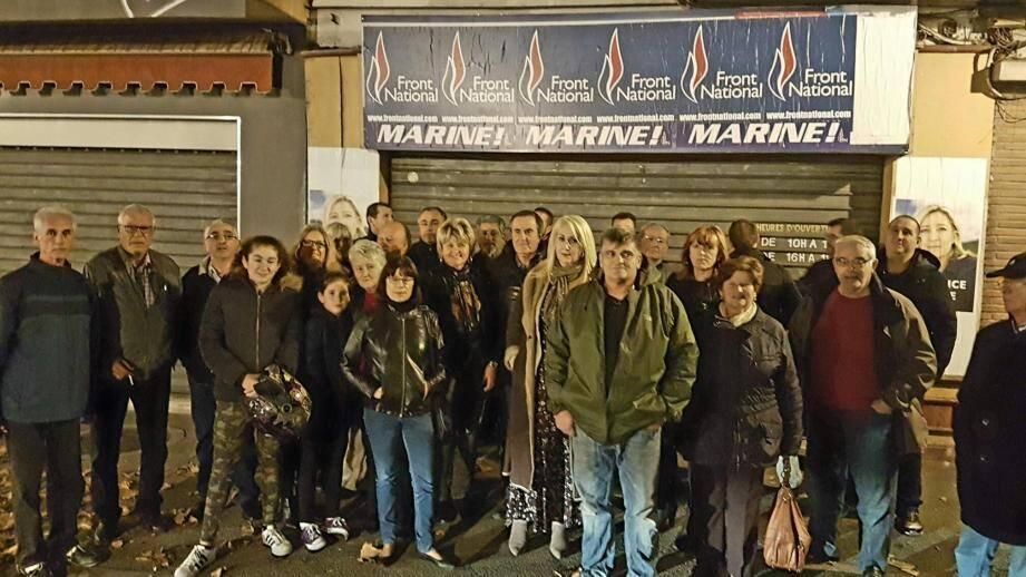Des militants FN seynois, emmenés par Virginie Sanchez, lundi soir devant le local qui leur est interdit. Et dans lequel est retranché, à l'heure où cette photo a été prise, le secrétaire départemental du parti, Frédéric Boccaletti.