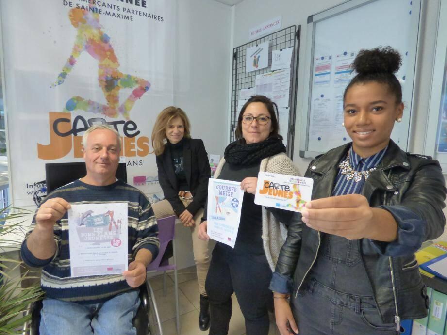 Fabien, Cathy, Julie et Lona : tous derrière la carte jeunes.