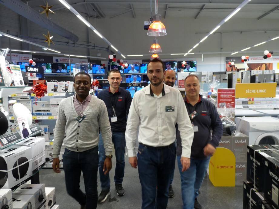 Richard Leseur, directeur du magasin (au centre), et une partie de ses équipes dans une nouvelle grande surface.