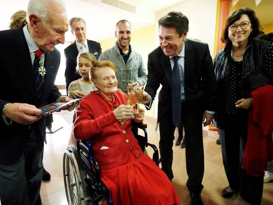 Fernande Bataille a trinqué au champagne avec Christian Estrosi, à l'occasion de son 110e anniversaire.