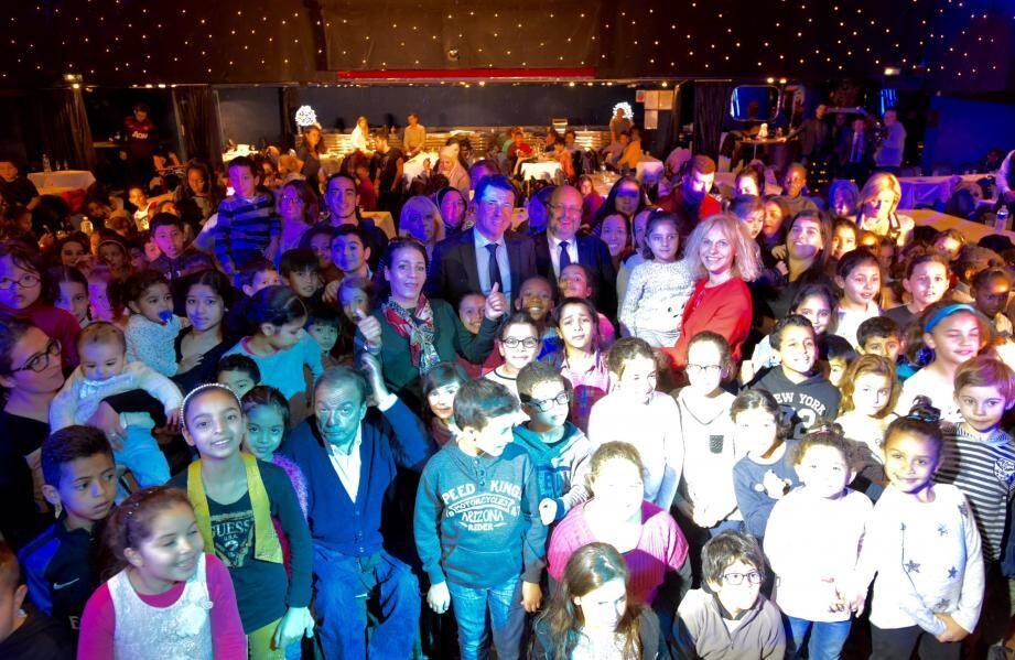 Les 260 enfants accompagnés par les bénévoles et les élus.