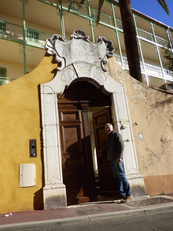 L'artisan vençois Jean-Paul Wulleman a installé la porte rénovée par ses soins hier matin. La mairie se penche sur l'avenir de la partie décrépite du mur, à droite de la porte.